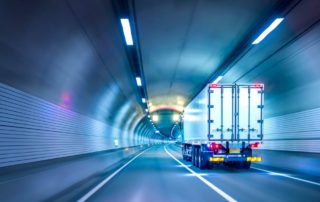 Logistik-Tunnel-Lkw