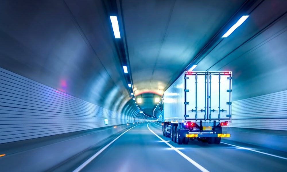 Logistik-Tunnel-Lkw